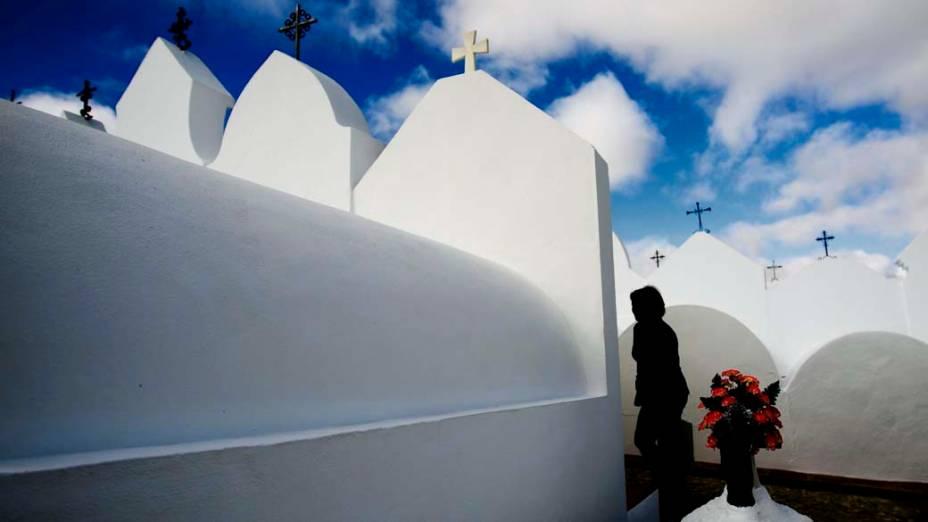 Visita no Cemitério de Casabermeja em Málaga, Espanha, para o feriado do Dia de Todos os Santos