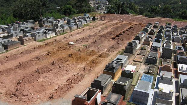 Covas continuam a ser abertas no cemitério de Teresópolis para receber as vítimas da chuva