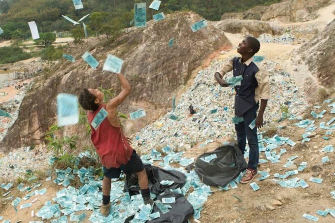 cena-do-filme-trash-a-esperanca-vem-do-lixo-original.jpeg