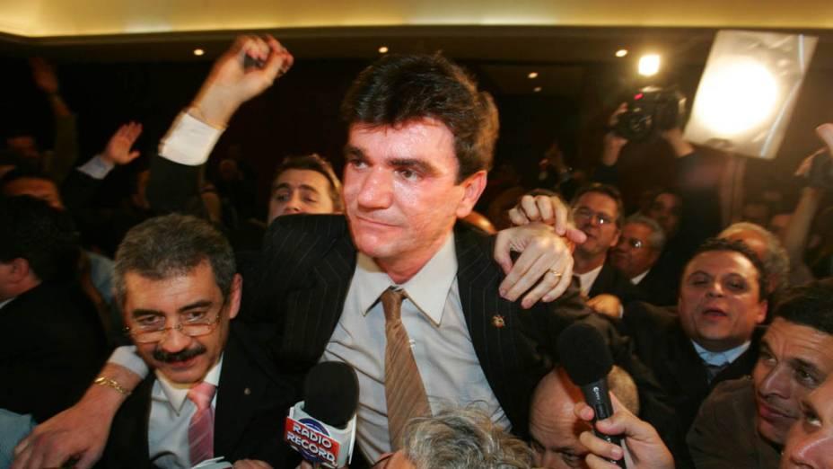 Andrés Sanchez comemora sua eleição para presidente do Corinthians