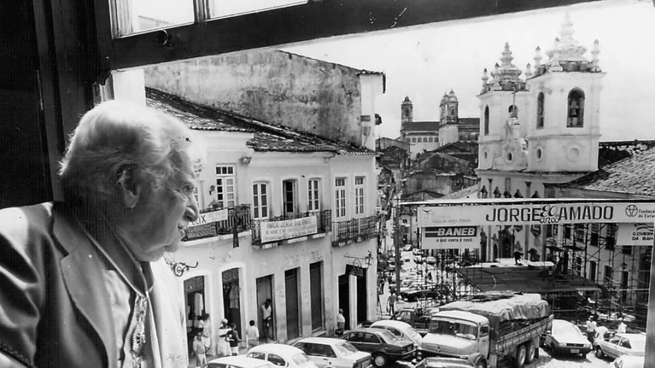Jorge Amado observa homenagem aos seus 80 anos no Pelourinho em Salvador, em 1992