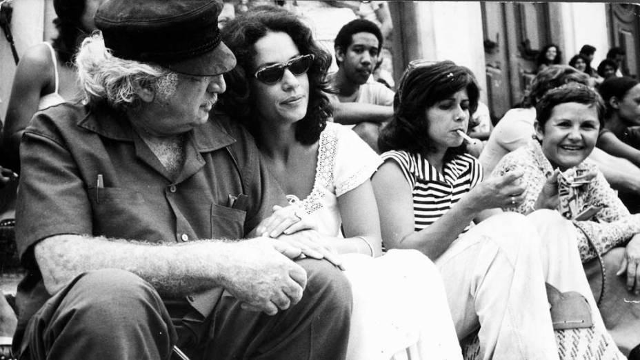 Jorge Amado com Sonia Braga durante as filmagens de Dona Flor e seus dois maridos em 1976