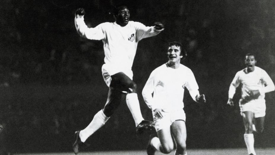 Pelé, do Santos, comemorando gol contra o Corinthians com um salto no ar, durante jogo do Campeonato Nacional de Futebol