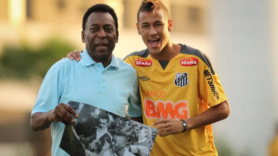 Pelé e Neymar exibem retrato do ex-jogador com corte de cabelo similar ao de Neymar durante treino no CT Rei Pelé, na Argentina