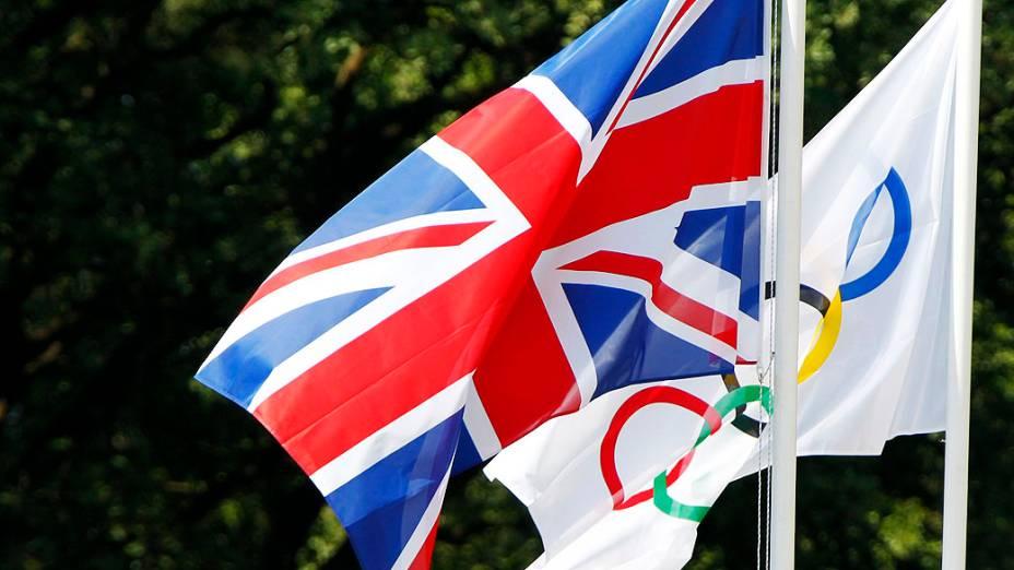 Bandeira do Reino Unido hasteada ao lado da olímpica na antiga cidade de Olímpia, Grécia