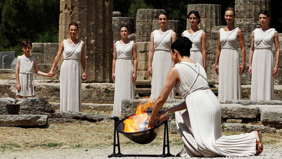 Atriz grega Ino Menegaki, desempenhando o papel de sacerdotisa, durante cerimônia de acendimento da tocha olímpica na Grécia