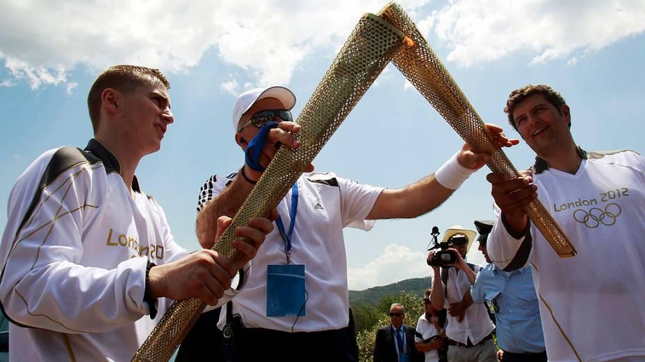 Boxeador inglês Alexander Loukos e Spyros Philipas presidente da BMW Hellas, durante cerimônia de acendimento da tocha olímpica em Olímpia, Grécia