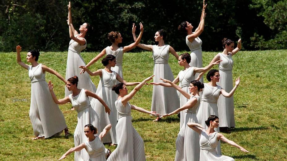 Cerimônia de acendimento da tocha olímpica em Olímpia, Grécia
