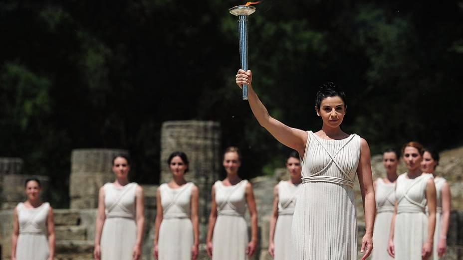 Cerimônia de acendimento da tocha olímpica no antigo templo de Hera em Olímpia, Grécia