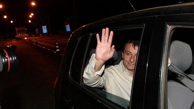 <span>O ex-ativista de extrema esquerda italiano Cesare Battisti, que estava preso desde 2007, acena para fotógrafos ao deixar a penitenciária da Papuda, em Brasília -09/06/2011</span>