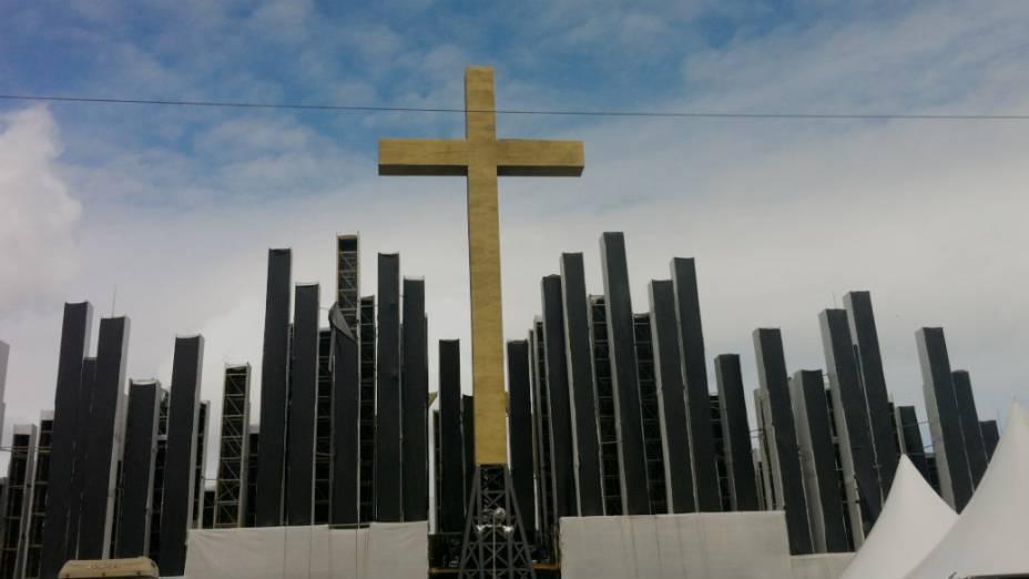 Com problemas no terreno, palco de Guaratiba será desmontado antes da missa do papa