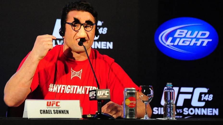 Chael Sonnen, o piadista: bigode e nariz falsos na entrevista coletiva do UFC no Rio