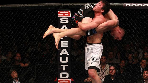 Chael Sonnen (de bermuda branca) venceu Brian Stann em seu último desafio, no UFC 136