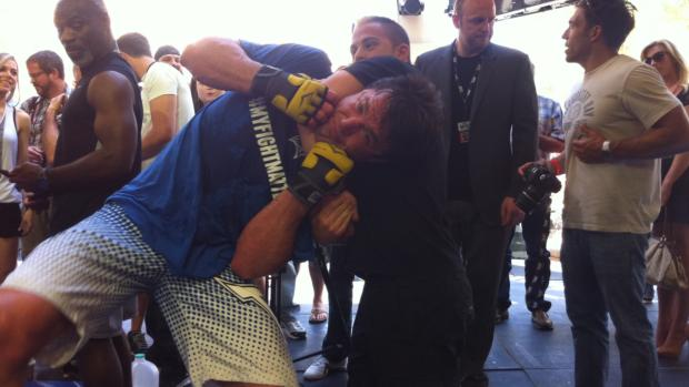 Chael Sonnen em brincadeira com fã após os treinos livres no UFC 148, em Las Vegas