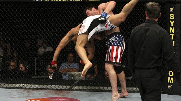 Chael Sonnen (luva azul) venceu o japonês Yushin Okami no UFC 104