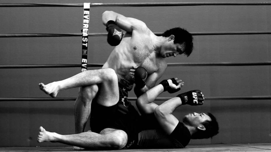 Chael Sonnen treina com o japonês Yushin Okami para a luta contra Anderson Silva, no UFC 148. Okami foi derrotado por Anderson no UFC Rio