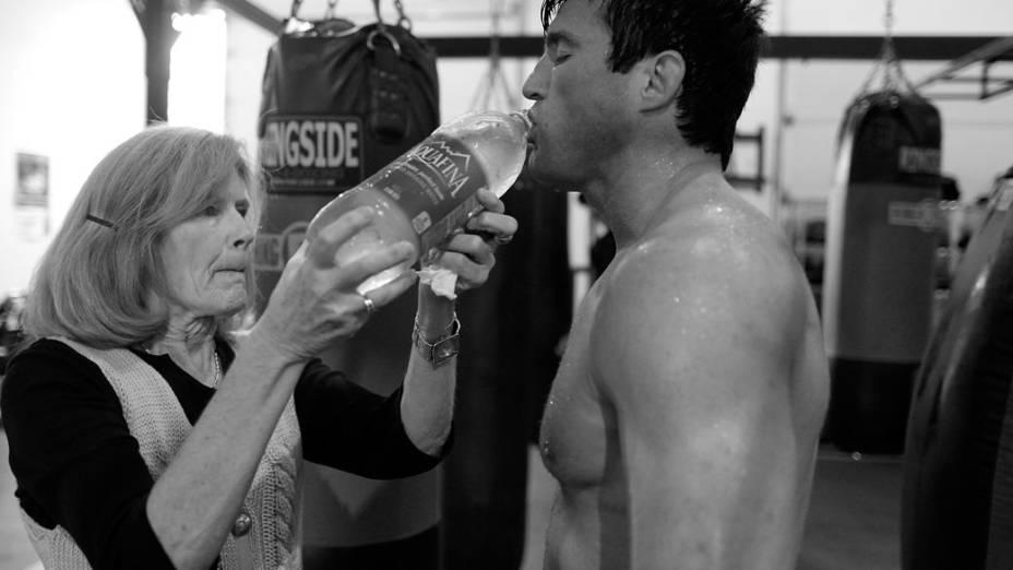 A mãe de Chael Sonnen dá água ao lutador nos treinos de preparação para ele enfrentar Anderson Silva no UFC 148
