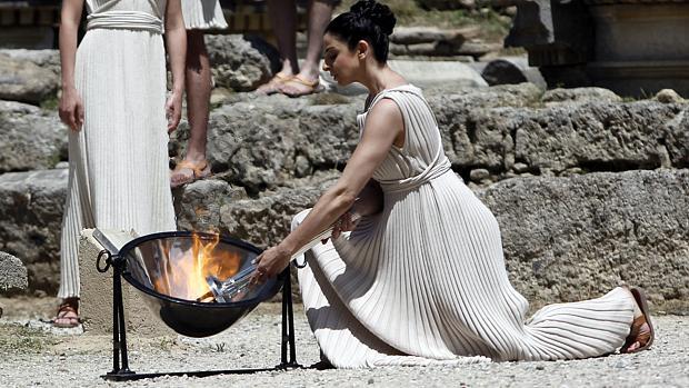 A cerimônia em que a chama olímpica foi acesa, em Atenas