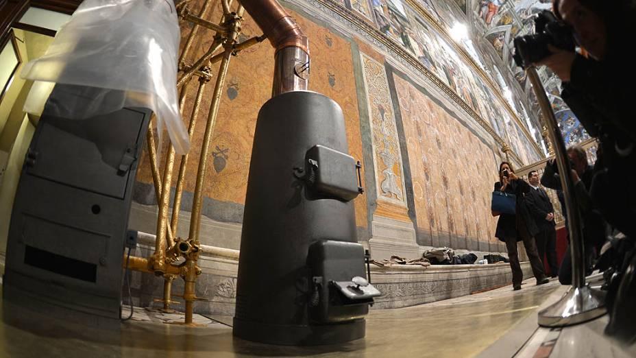 Fotógrafos registram os fornos onde serão queimados os votos dos cardeais na Capela Sistina