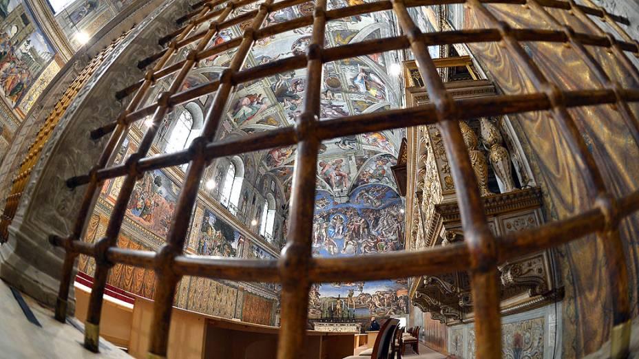 Capela Sistina é preparada para abrigar o Conclave no Vaticano