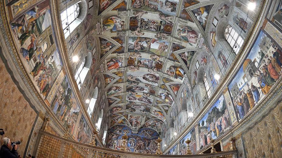 O teto da Capela Sistina, com o monumental afresco de Michelangelo, do século XVI