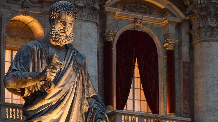 Balcão central da Basílica de São Pedro, no Vaticano, pronto nesta terça-feira (12), com as cortinas vermelhas