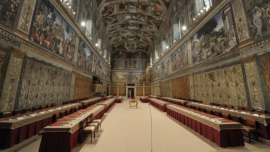 Mesas e cadeiras ocupadas pelos cardeais durante o conclave na Capela Sistina, no Vaticano