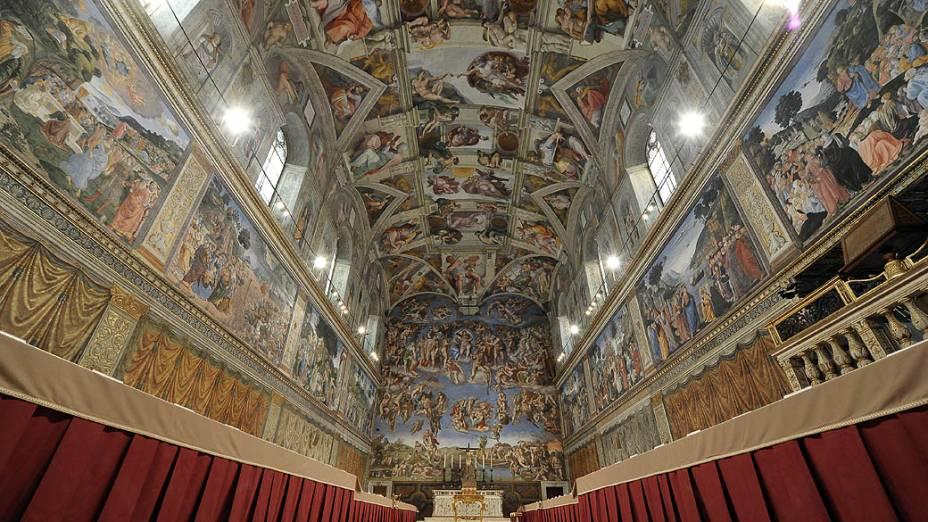 Mesas e cadeiras onde os cardeais irão sentar durante o Conclave são dispostas na Capela Sistina, no Vaticano