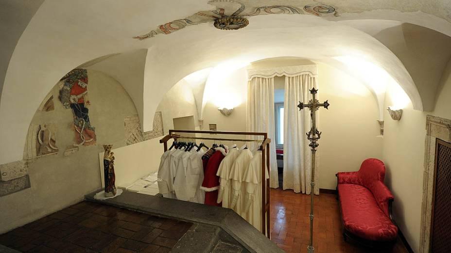 Batinas em três diferentes tamanhos foram separadas em uma sala ao lado da Capela Sistina