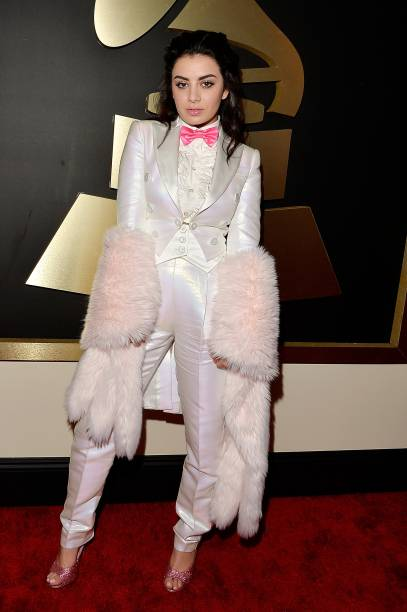 Charli XCX, durante 57ª edição do Grammy, premiação que elege os melhores da música internacional, que acontece neste domingo (08)