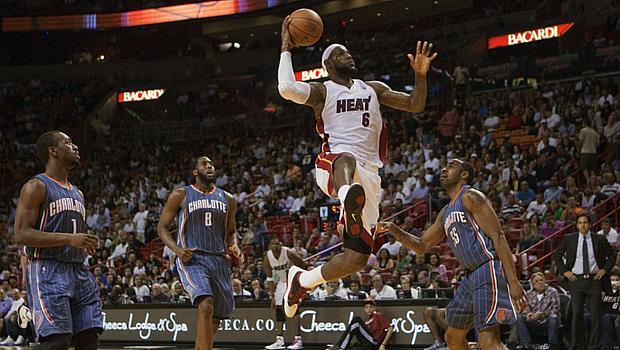 Jogadores do Charlotte Bobcats observam o voo de LeBron James, do Miami Heat