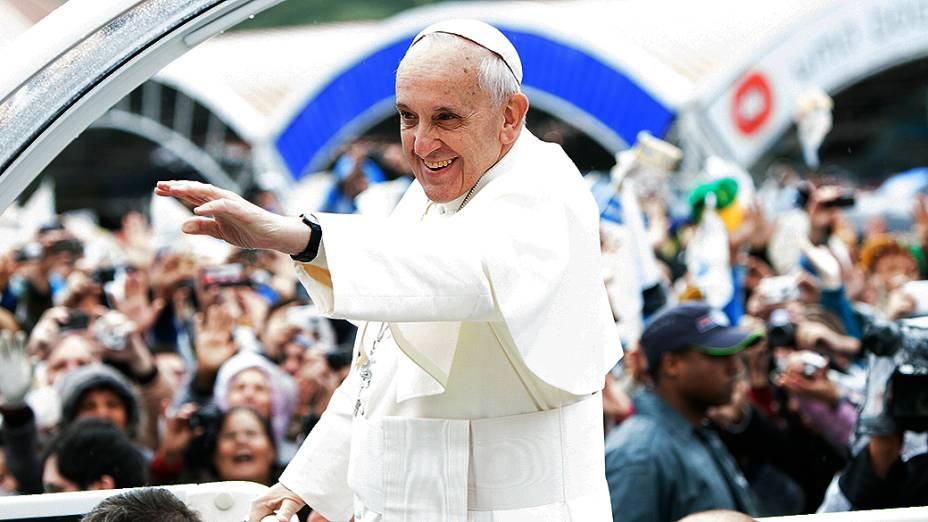 Papa Francisco na área externa do Santuário Nacional