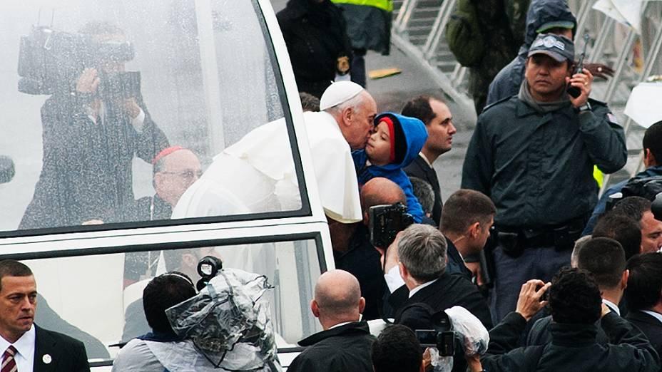 João Victor, de 3 anos, recebeu um beijo do Papa Francisco em Aparecida do Norte