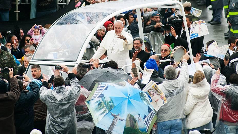 Papa Francisco anda de papamóvel na área externa do Santuário Nacional