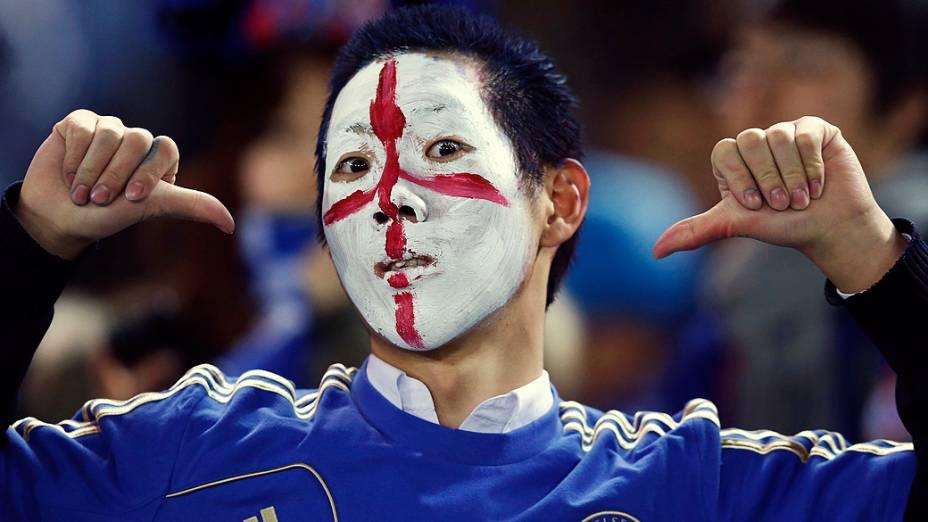 Torcedor com a camisa do Chelsea a as cores inglesas no rosto, durante semifinal do Mundial de Clubes da Fifa em Toyota