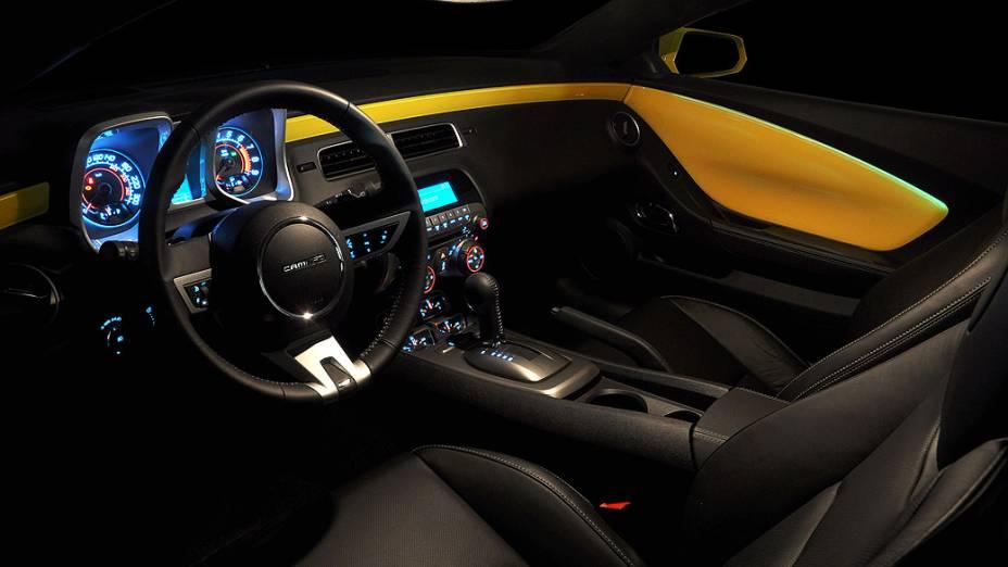 O interior do Chevrolet Camaro exibe requinte e modernidade, com direito a bancos forrados com couro e painel com iluminação azulada e que acabou sendo adotada em outros modelos da Chevrolet