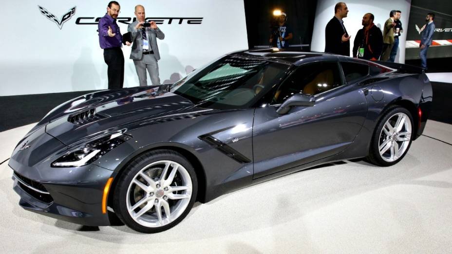 Chevrolet Corvette Stingray - Considerado a vedete desta edição do salão, o novo Corvette Stingray não deve vir ao Brasil. A sétima geração do esportivo símbolo dos EUA é equipada com um motor V8 6.2 de 450 cv e 62,2 kgfm de torque e está associado a um câmbio manual de sete marchas ou a uma transmissão automática de seis velocidades. A General Motors diz que a versão manual atinge os 100 km/h em menos de 4 segundos
