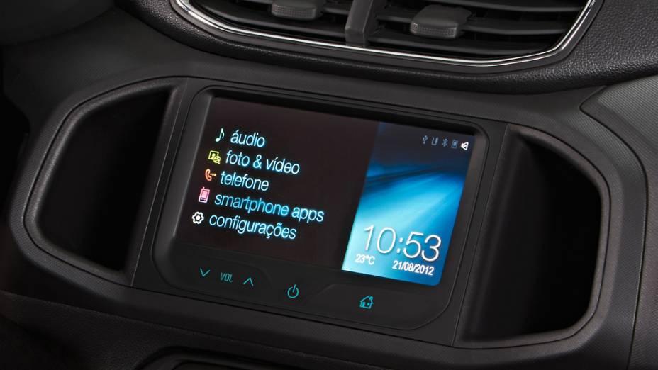 Imagem oficial do novo Chevrolet Onix, divulgada pela General Motors do Brasil, mostra a tela de LCD do sistema multimídia MyLink instalada no painel