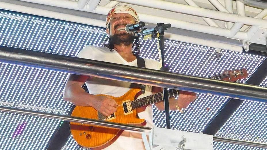 O vocalista Bel Marques, do Chiclete com Banana, comanda o bloco Nana Banana no primeiro dia do Carnaval de Salvador