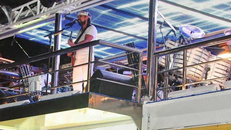 O vocalista Bell Marques, do Chiclete com Banana, abre os desfiles no circuito Osmar