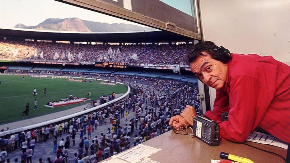Chico Anysio como comentarista esportivo do jogo Botafogo X Vasco, no Estádio do Maracanã, em 1991.