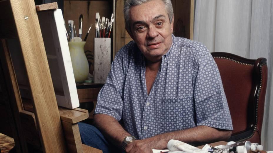Chico Anysio em seu apartamento, em frente à um quadro que está pintando, em 2000.