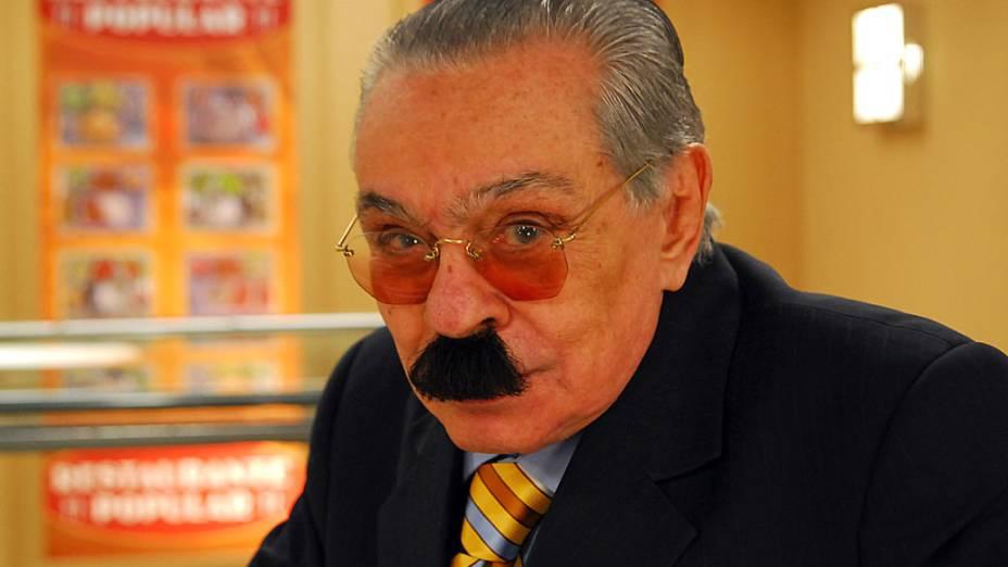 """Chico Anysio como o personagem Justo Veríssimo, no programa """"Zorra Total"""" da Rede Globo."""