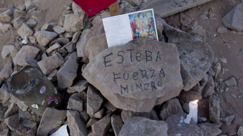 Oferendas em homenagem aos mineiros presos na mina San José, Chile