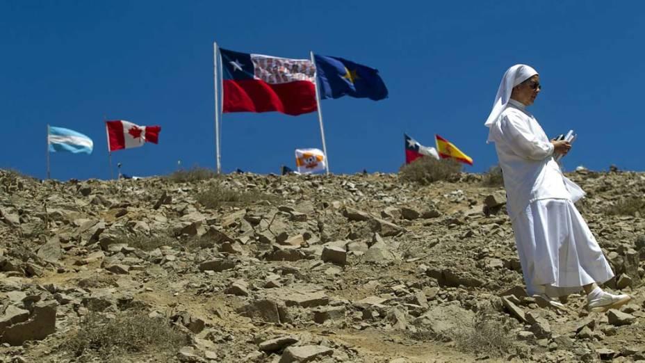 Freira aguarda o começo da operação de resgate dos 33 mineiros presos na mina San José, Chile