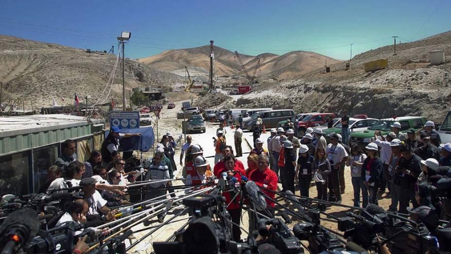 Ministro Laurence Golborne fala com a imprensa na mina San José, Chile