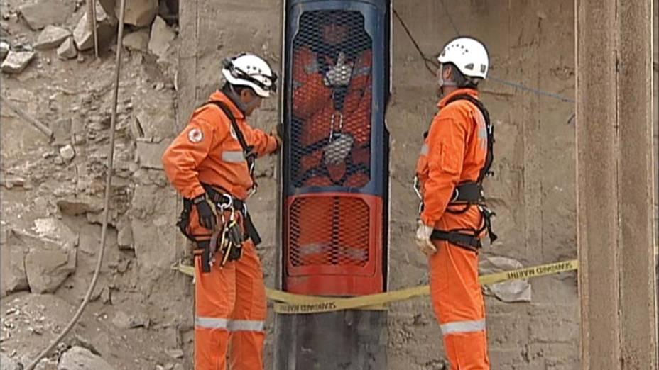 Imagem de vídeo mostra a cápsula onde os mineiros serão resgatados da mina San José, Chile