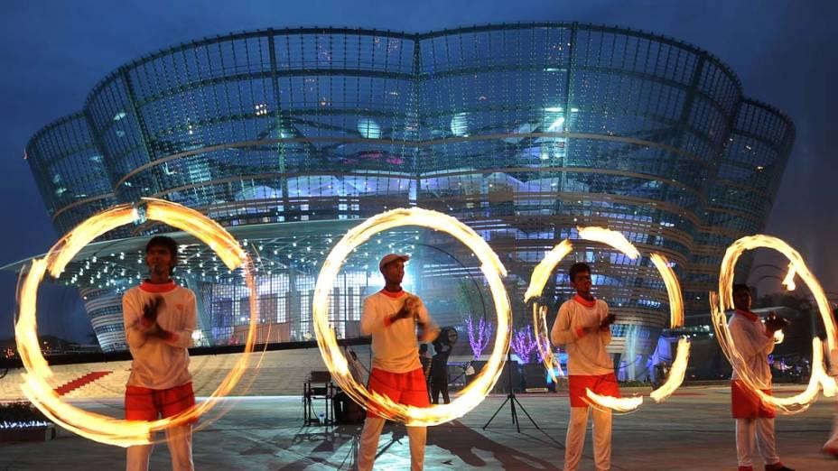Dançarinos se apresentam em frente ao novo teatro de performances artísticas, Lotus Pond, em Colombo, Sri Lanka