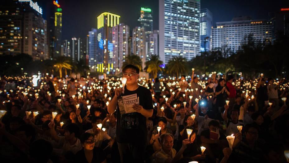 Milhares de pessoas fazem vigília no Victoria Park, em Hong Kong, para marcar o 23º aniversário do massacre da Praça da Paz Celestial