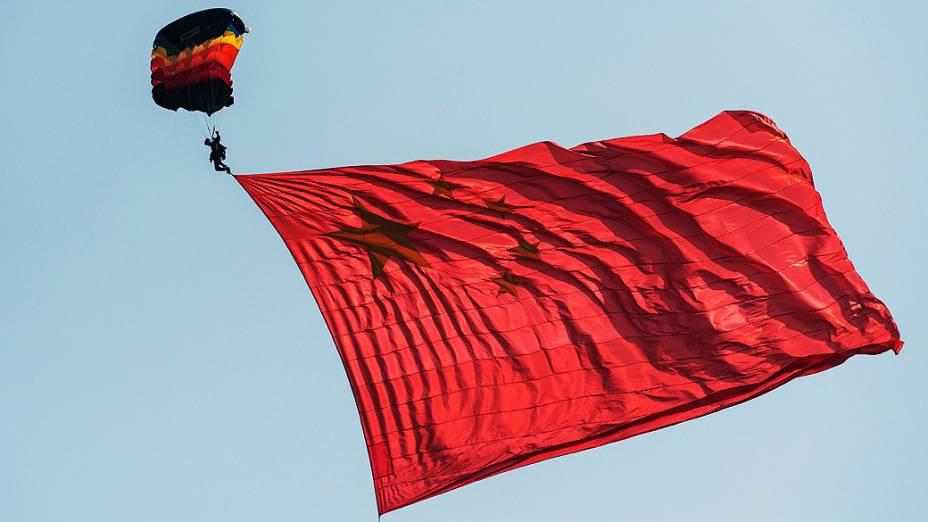 Paraquedistas do Exército chinês fazem demonstração de saltos durante a 9ª Feira Internacional de Aviação da China, em Zhuha